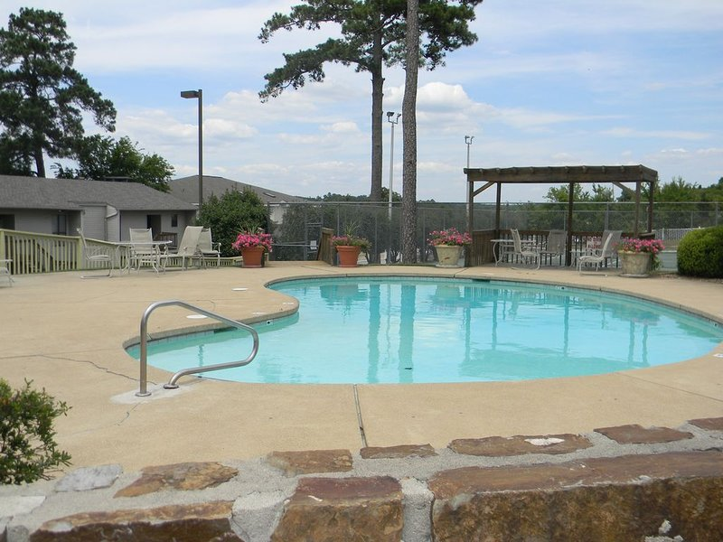 Recently remodeled condo at The Landing.  Ideal location!, holiday rental in Lake Hamilton