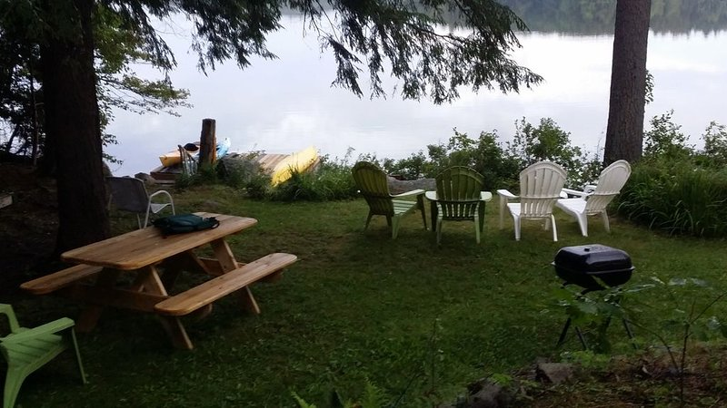 Secluded  Lakefront Home Minutes from Bangor., location de vacances à Bradley