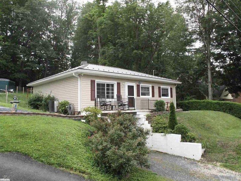 This home on the desired north end of Staunton located 1.0 mile to downtown., location de vacances à Staunton