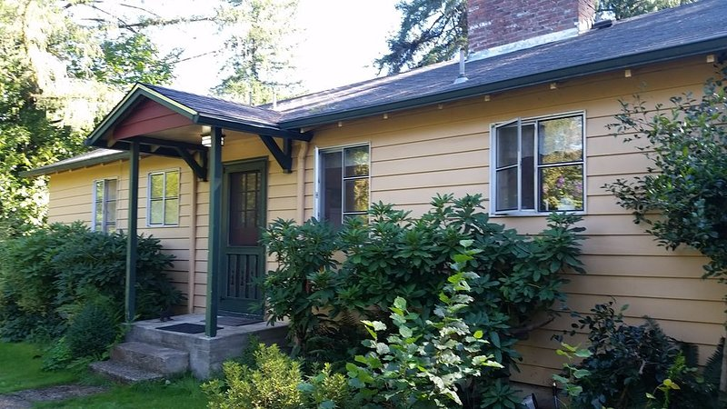 Blueberry Patch Farmhouse on the McKenzie River, holiday rental in Fall Creek