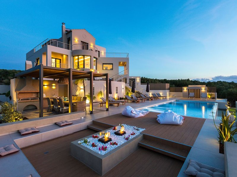 Luxury villa with gorgeous sea view and private heated pool, vacation rental in Kontomari