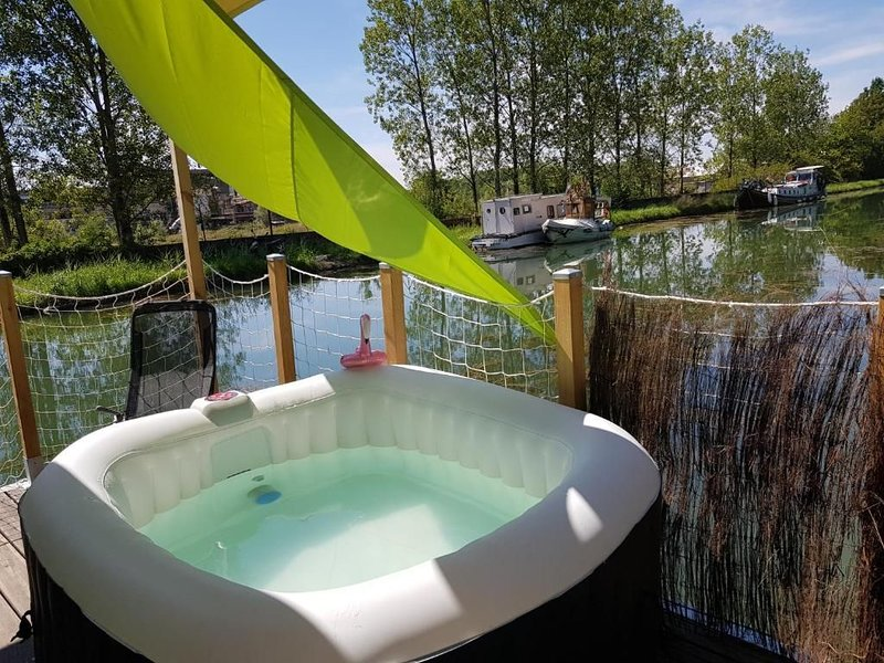 Cottage flottant insolite jacuzzi privé, holiday rental in Dole