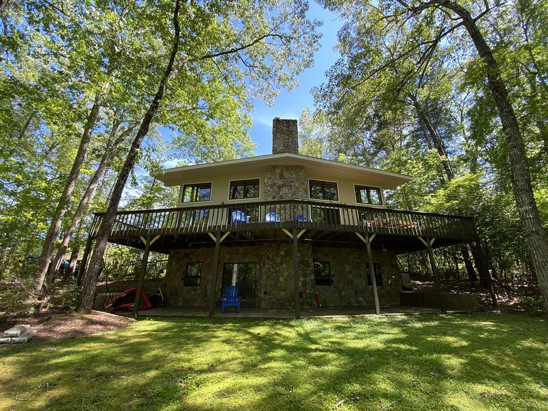 Charming Lake Front Home on Lake Keowee Waterfront with Mountain Views, alquiler vacacional en Sunset
