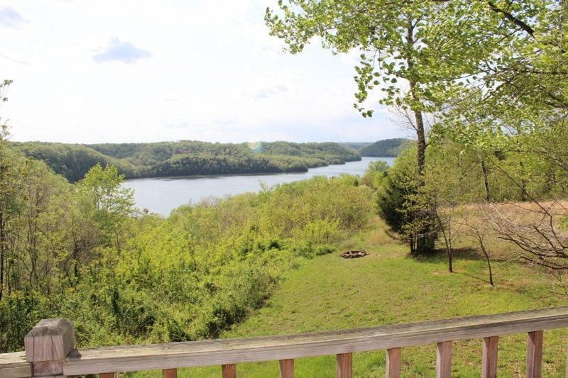 Dale Hollow  Lake- Gorgeous Lake view, hot tub, wifi, sleeps 8, vacation rental in Albany