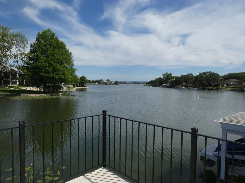 Newly Remodeled townhome Right on Water with Boat Slip! Near Resort!, alquiler de vacaciones en Horseshoe Bay