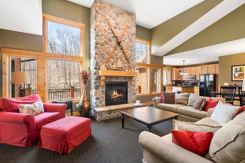Beautiful Home, 4 Bedroom, 4 Bath - Ski-in/Ski-out, Golf, Hike and More!, location de vacances à Harbor Springs