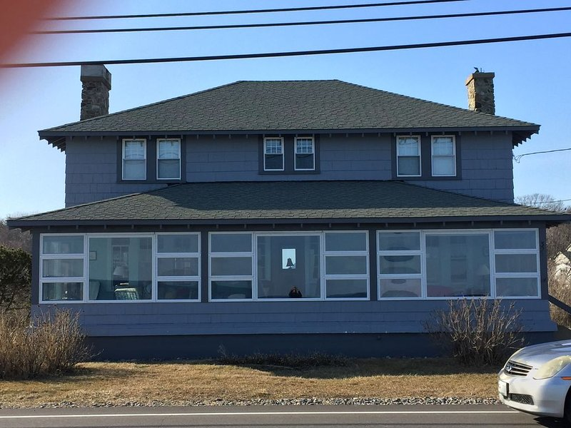 Steps from Longsands! Dog friendly, family beach house with oceanfront views!, location de vacances à York Harbor