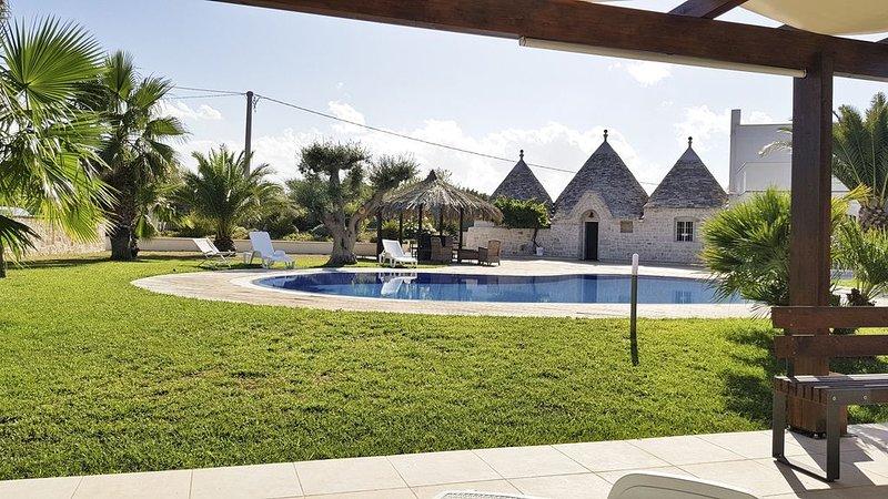 Tipical Trulli villa con piscina, holiday rental in Cozzana
