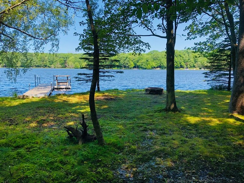 Lakefront Paradise! Private lakefront with Dock. Walk to Beach. Sunsets!, holiday rental in Pocono Lake