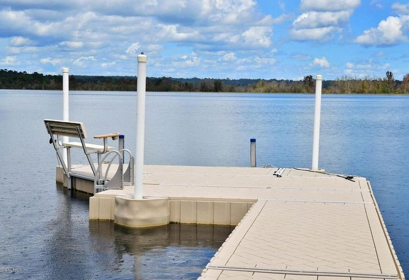 Beautiful Lake House on Cowpen Lake with Private Fishing Pond, holiday rental in Interlachen