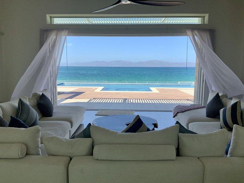 Modern beachfront house with pool, alquiler vacacional en El Triunfo