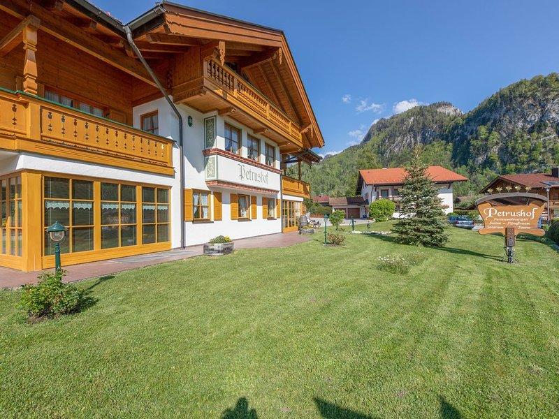 Charmante Ferienwohnung 'Vogelspitz' mit Bergblick, WLAN und Balkon, vacation rental in Ubersee
