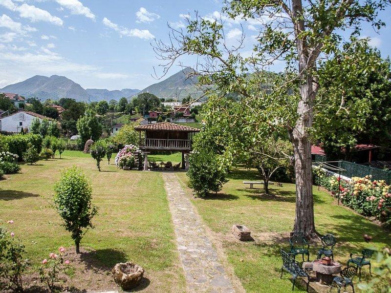 Casa con jardín, céntrica y tranquila, en Cangas de Onís, holiday rental in Seguencu