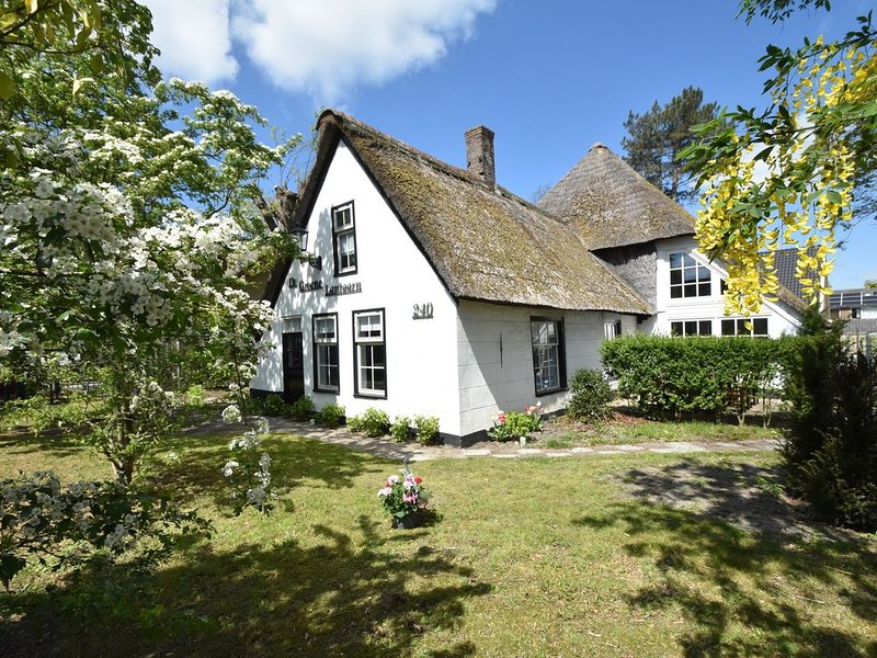Luxuriously restored farmhouse with trendy interior close to sea and forest, vakantiewoning in Petten