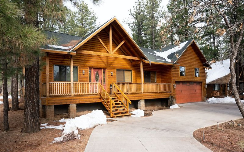 CUSTOM BUILT HOME IN THE HEART OF PINETOP- FENCED-PETS WELCOME, holiday rental in Apache County