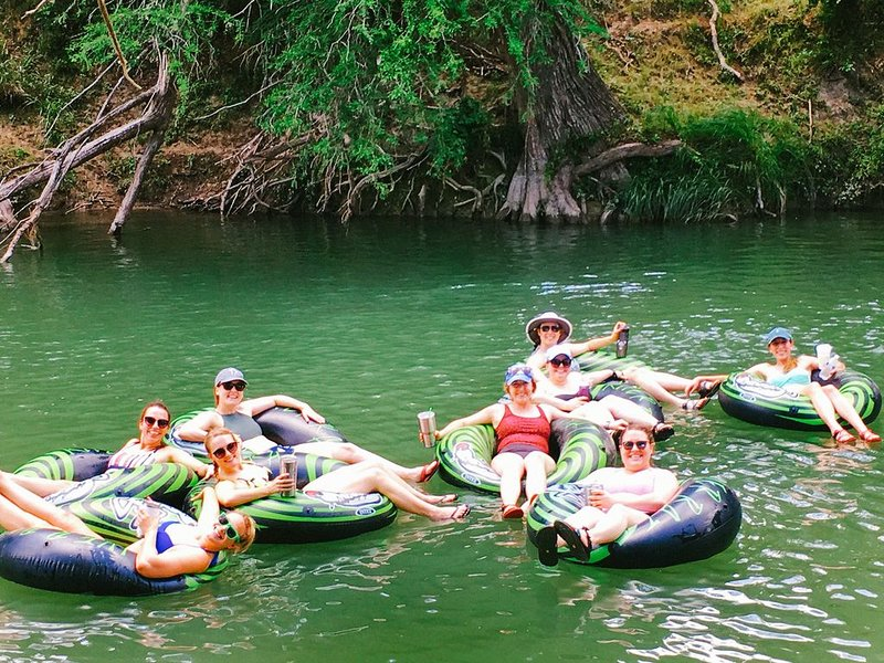 Poco Loco Ranch on the Guadalupe River-Tubing, Game Room, Pool/HotTub, Sleeps 14, holiday rental in Sisterdale
