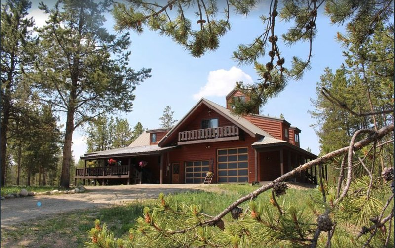 5 BR home, sleeps 18, hot tub, wood fireplace, 5 acres, multifamily, private, alquiler de vacaciones en Fraser
