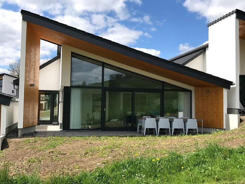Design Villa Winterberg: Luxus Ferienhaus direkt am Piste/Wiese, holiday rental in Langewiese