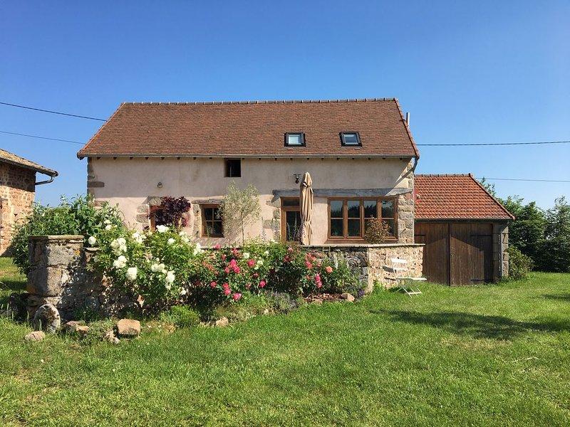 Gîte très calme avec vue sublime au coeur des collines de la Bourgogne du Sud, holiday rental in Bois-Sainte-Marie