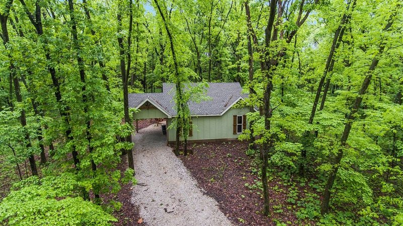 Chinkapin Cottage - Private & Wooded 1/4 mile From Stockton Lake, holiday rental in Stockton