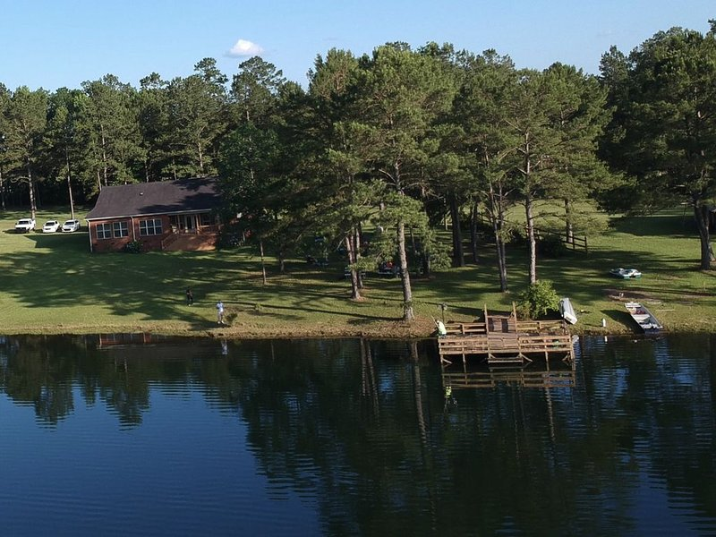 Relax, Fish, Grill at Private Lakefront Home, location de vacances à Whigham