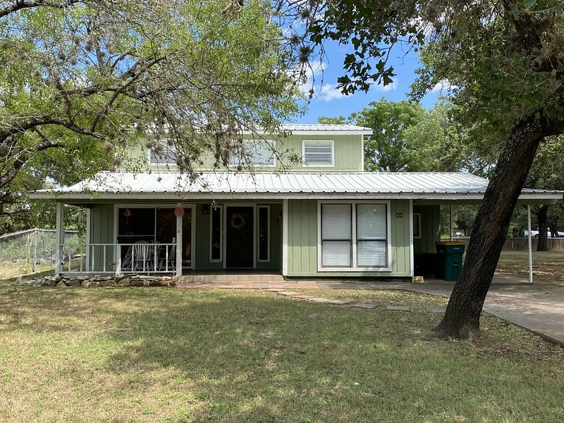 5 bedroom home on a corner lot directly across from constant level lake LBJ., casa vacanza a Sunrise Beach