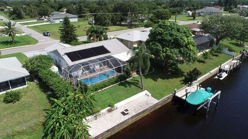Gorgeous Waterfront Pool Home by Deep Creek leads to Peace River, casa vacanza a Punta Gorda