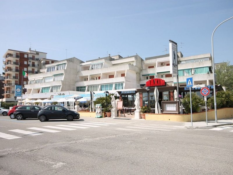 Luminoso monolocale a 50 metri da spiaggia e servizi con aria condizionata, aluguéis de temporada em Lido delle Nazioni