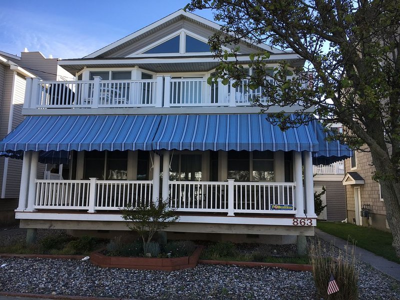 Beach/boardwalk 2 minute walk *Many Amenities*Large Covered Porch*New Furniture, aluguéis de temporada em Ocean City