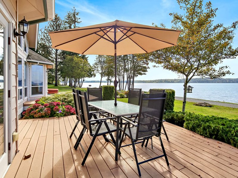 Stunning 2600sf waterfront home with spetacular views, casa vacanza a Lynden