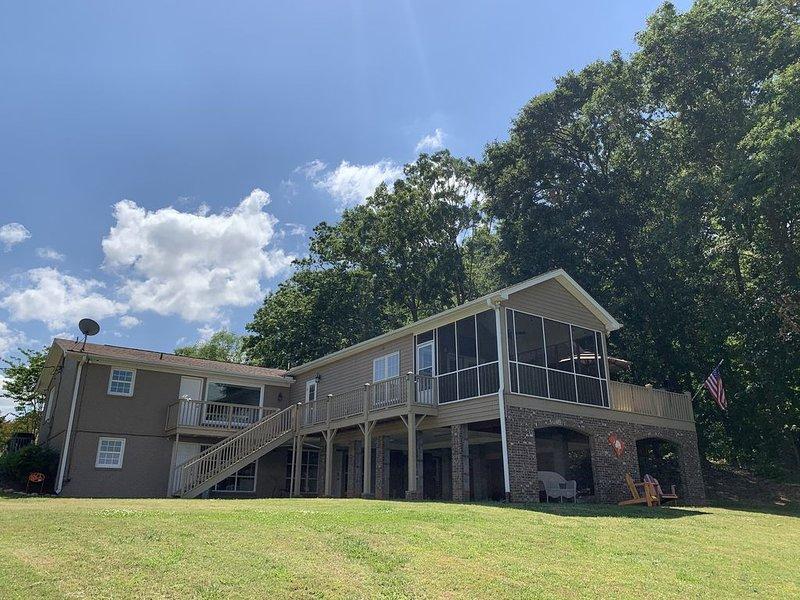 THE Premier Clemson /Seneca Lake Home, location de vacances à Clemson