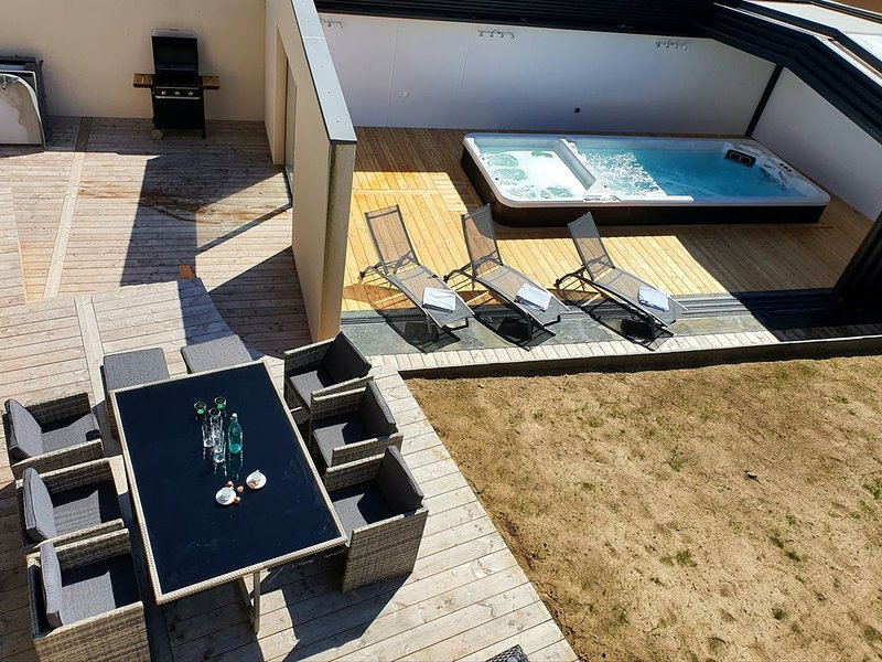 Villa des Marins pêcheurs, 8 couchages, grand jacuzzi, 200 mètres de la mer, holiday rental in Plougoulm