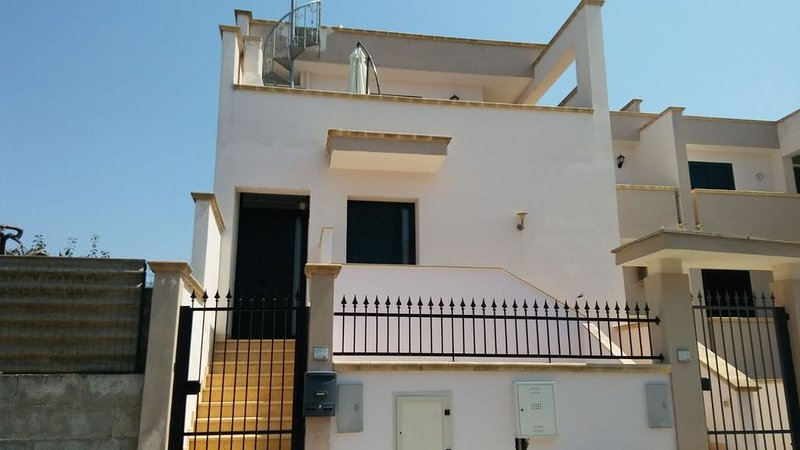 APPARTEMENT AVEC TERRASSE A 10KM DE GALLIPOLI, holiday rental in San Simone