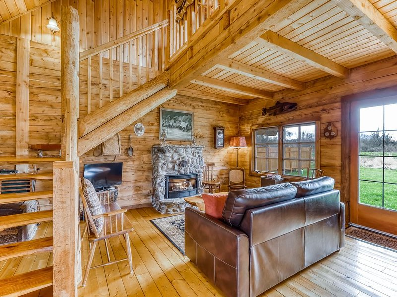 Dreamy, dog-friendly cabin w/ a private hot tub - private airstrip community!, vacation rental in Sequim