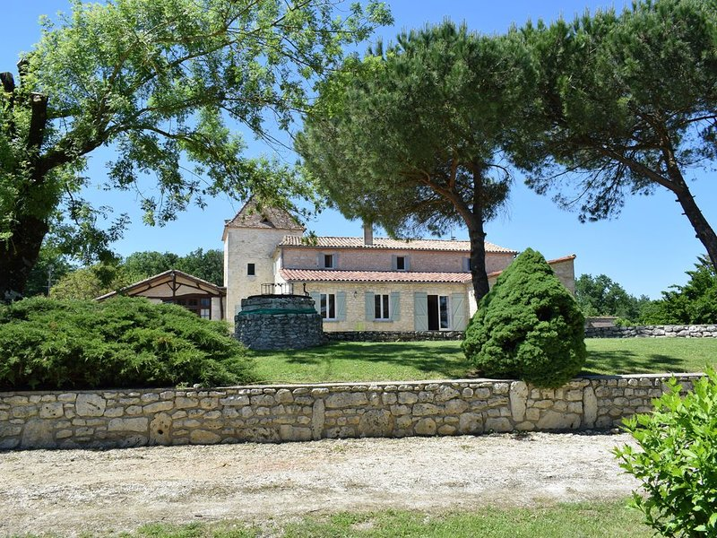 Newly renovated property in secluded area with private pool for up to 15 guests, vacation rental in Saint Julien d'Eymet