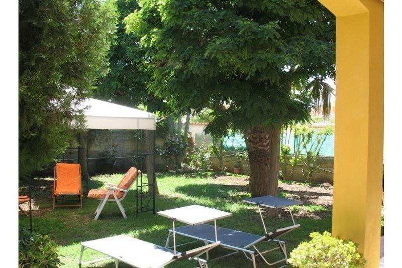 SIRACUSA - Villa + giardino + WiFi FREE  a 100 mt dal mare in Contrada Ognina SR, vacation rental in Syracuse