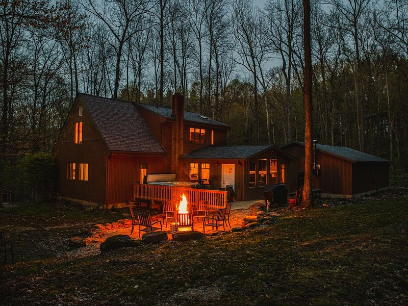 NEW!Solitude- Luxury Cabin On 22 Acres, Hot Tub, Fireplace, Firepit, A/C Skiing!, holiday rental in Mount Vernon