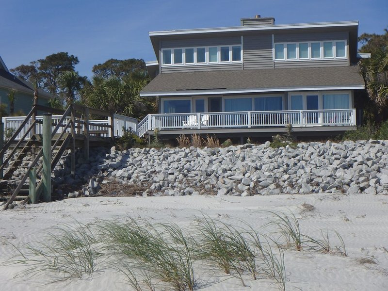 OCEANFRONT! Beach at High Tide! Christmas at the Beach?? New Year's?? Sleeps 13, alquiler de vacaciones en Fripp Island