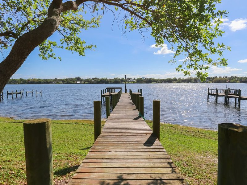 Riverfront Retreat, Private Docks, on Small Acreage., holiday rental in Sebastian