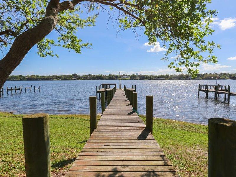 Riverfront Retreat, Private Docks, on Small Acreage., casa vacanza a Sebastian