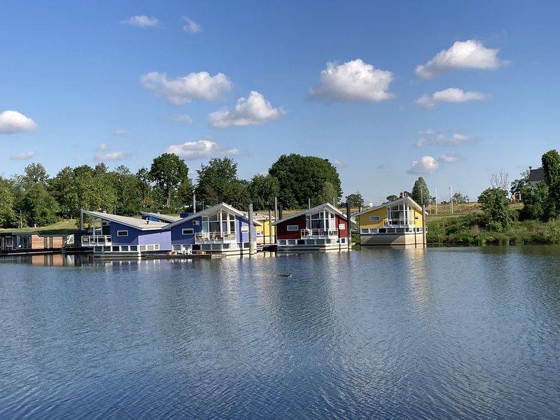 Schwimmende Luxus Maasvilla - Wohnboot mit Hund & Bootsanleger 5045597, alquiler vacacional en Maaseik