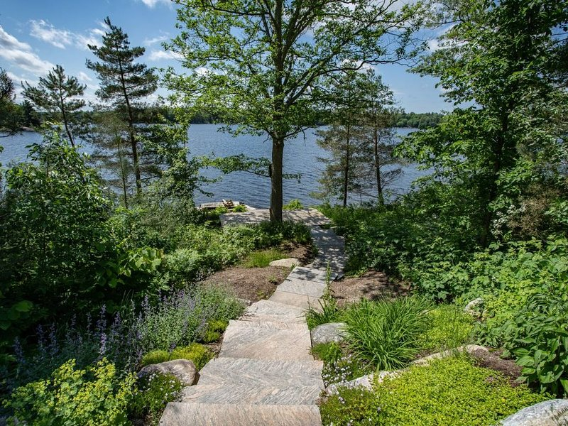 Four Seasons Lakefront Cottage in Bala Muskoka. Newly Renovated., holiday rental in Big Chute