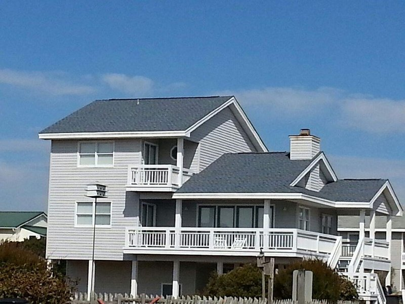 Just Steps to the Beach! Come enjoy Holden Beach, clean 4 BD 3 Bath home, holiday rental in Varnamtown