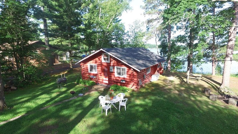 1920's Lakefront Red Log Cabin known as 'Camp David', casa vacanza a Outing
