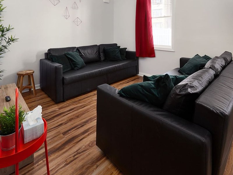Gorgeous Duplex with parking by JSQ, vacation rental in Jersey City