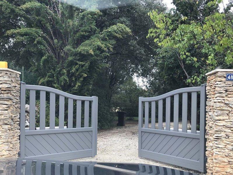 Jolie maison entièrement rénovée , au milieu d'un parc arboré., aluguéis de temporada em Saint-Siffret