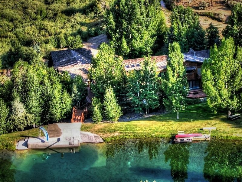 7,000 SQ FT CABIN ON 36 ACRES WITH ITS OWN PRIVATE LAKE., holiday rental in Idaho Falls