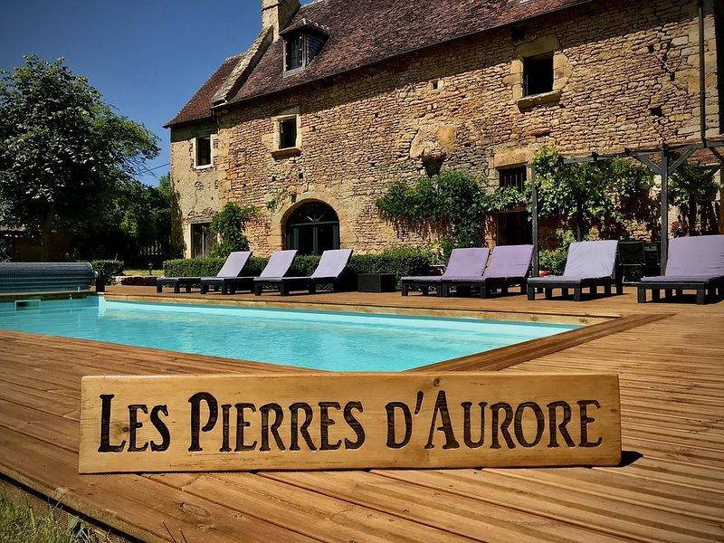 Villa du XVème siècle, en vieilles pierres, piscine, jardin, 12 personnes, casa vacanza a Indre