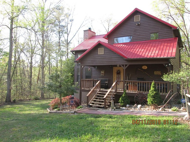 LAINE'S LODGE IN CHEROKEE NATIONAL FOREST, holiday rental in Calhoun