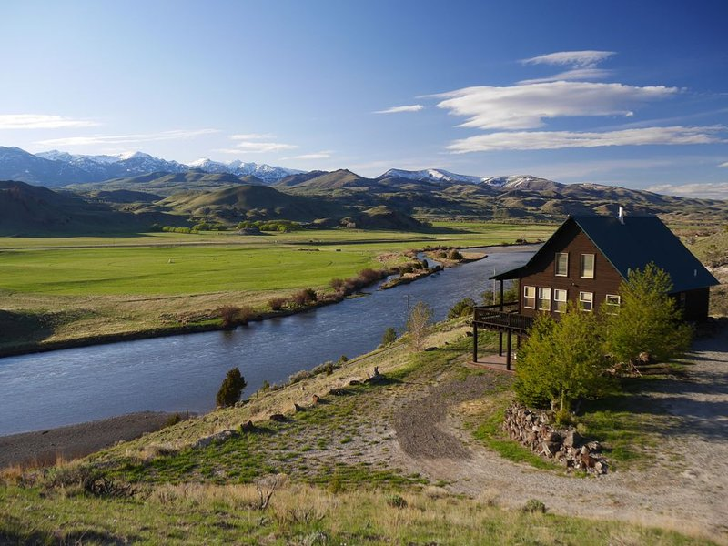 Elk Cabin  - Fish the Beautiful Yellowstone River, just miles from the Park, holiday rental in Emigrant